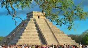 Turistas que miran la serpiente emplumada el arrastrarse abajo del templo (equinoccio el 21 de marzo de 2014) foto de archivo