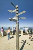 Turistas que miran la vista del punto del cabo, Cabo de Buena Esperanza, fuera de Cape Town, de Suráfrica y de la muestra señalan Foto de archivo libre de regalías
