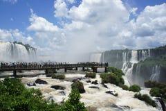 Turistas que miran las caídas de Iguassu Imagen de archivo libre de regalías