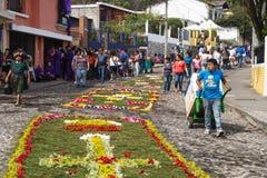 Turistas que miran los alfombres, alfombras de la flor en las calles cobbled para la procesión San Bartolome de Becerra adentro Foto de archivo libre de regalías