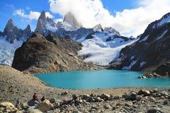 Turistas que miran Mt Fitz Roy y laguna hermosa Imágenes de archivo libres de regalías