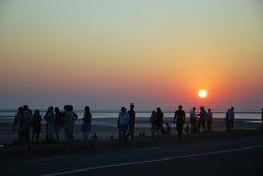 Turistas que miran salida del sol Imagenes de archivo