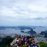 Turistas que miran sobre Rio de Janeiro Fotos de archivo libres de regalías