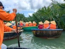 Turistas que montam os barcos de bambu da cesta em Hoi An, Vietnam fotografia de stock royalty free