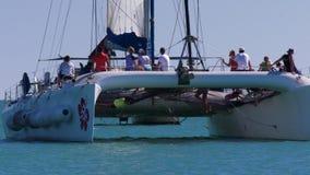 Turistas que montam um barco no macaco Mia vídeos de arquivo