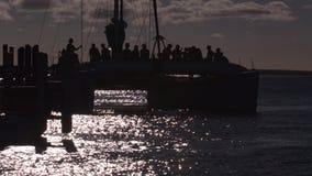 Turistas que montam um barco no macaco Mia video estoque