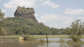 Turistas que montam um elefante em Sri Lanka filme