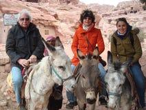 Turistas que montan el burro en Petra Jordania Foto de archivo libre de regalías