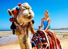Turistas que montan el camello en la playa de Egipto. foto de archivo