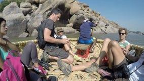 Turistas que montan en barco y que miran el paisaje, primer metrajes