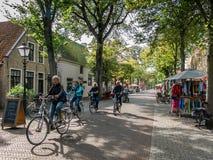 Turistas que montan en bicicleta, Vlieland, Holanda Fotos de archivo libres de regalías