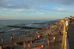Turistas que nadam na praia do mar Báltico imagem de stock royalty free