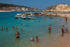 Turistas que nadam no mar bonito e cristalino de Isole Tremiti fotografia de stock royalty free
