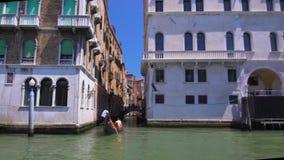 Turistas que navegan en la góndola, viaje del barco a lo largo de Grand Canal en vistas de Venecia, Italia almacen de video