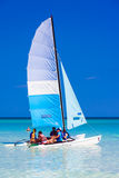 Turistas que navegan en un catamarán en Cuba Foto de archivo