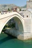 Turistas que olham nos povos que saltam da ponte famosa de M Foto de Stock Royalty Free