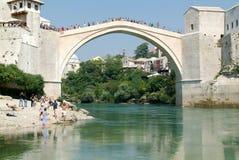 Turistas que olham nos povos que saltam da ponte famosa de M Imagens de Stock Royalty Free