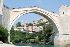 Turistas que olham nos povos que saltam da ponte famosa de M Fotografia de Stock Royalty Free