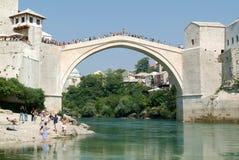 Turistas que olham nos povos que saltam da ponte famosa de M Fotos de Stock