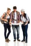 Turistas que olham o mapa Imagens de Stock