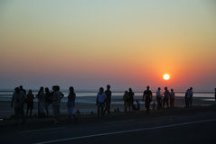 Turistas que olham o nascer do sol Imagens de Stock