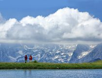 Turistas que olham o panorama Imagem de Stock Royalty Free