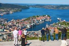 Turistas que olham para fora sobre a cidade Bergen em Noruega Foto de Stock Royalty Free