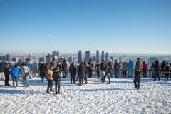 Turistas que olham a skyline de Montreal do Kondiaronk Belvede imagens de stock royalty free