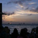 Turistas que olham um outro por do sol bonito de Key West foto de stock