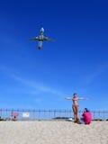 Turistas que presentan para la foto con el aeroplano en la playa de Phuket Foto de archivo