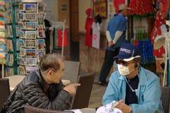 Turistas que protegen contra la contaminación Imagen de archivo libre de regalías