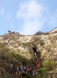 Turistas que recorren a la tapa del cráter de Waikiki fotos de archivo