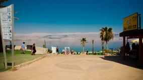 Turistas que relaxam e que nadam na água do Mar Morto dentro me fotos de stock royalty free