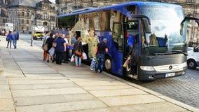 Turistas que saem de Dresden no ônibus Fotografia de Stock Royalty Free