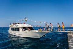 Turistas que salen de la isla de Panarea, Italia Foto de archivo libre de regalías