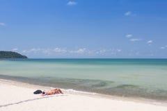 Turistas que se relajan en la playa blanca fotografía de archivo