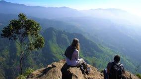 Turistas que se sientan en Ella Rock, Sri Lanka - 10 de febrero de 2017 metrajes