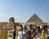 Turistas que siguen un guía turístico en Giza. Foto de archivo