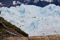 Turistas que suben el glaciar en Chile/Suramérica fotografía de archivo