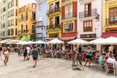 Turistas que têm o almoço no quadrado do centro da central de Mercat do restaurante exterior (mercado central ou central de Merca fotografia de stock royalty free