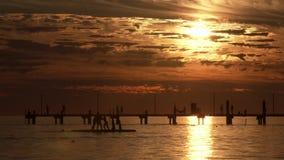 Turistas que têm o divertimento perto dos barcos filme