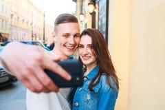 Turistas que tomam a foto na cidade foto de stock royalty free