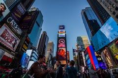 Turistas que tomam fotos em Time Square imagens de stock royalty free