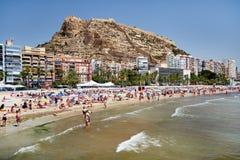 Turistas que tomam sol em uma praia de Postiguet da cidade de Alicante spain Fotos de Stock