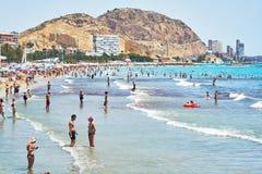 Turistas que tomam sol em uma praia de Postiguet da cidade de Alicante spain Imagens de Stock Royalty Free