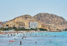 Turistas que tomam sol em uma praia de Postiguet da cidade de Alicante spain Foto de Stock