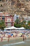 Turistas que tomam sol em uma praia de Postiguet da cidade de Alicante spain Fotografia de Stock Royalty Free