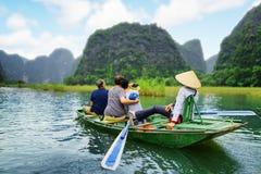 Turistas que toman el selfie Remero que usa sus pies para propulsar los remos Imágenes de archivo libres de regalías