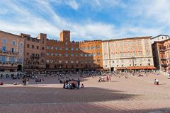 Turistas que toman el sol en Piazza del Campo en Siena fotos de archivo libres de regalías