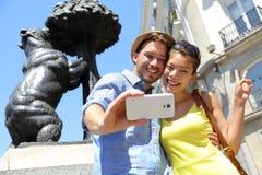 Turistas que toman la foto del selfie por la estatua Madrid del oso imágenes de archivo libres de regalías